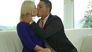 Foxy blonde with amazing body Lindsey Olsen gets a passionate enjoy
